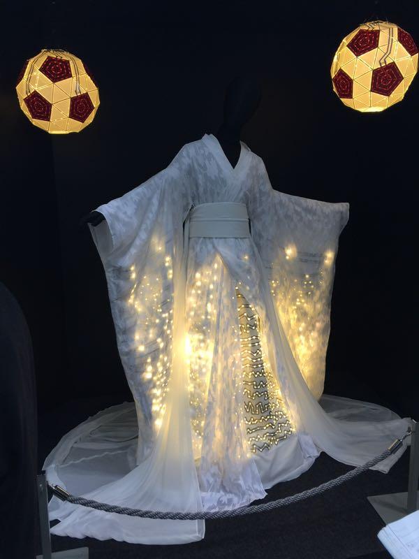 セメダイン社 着物にセメダインで発光体を描画